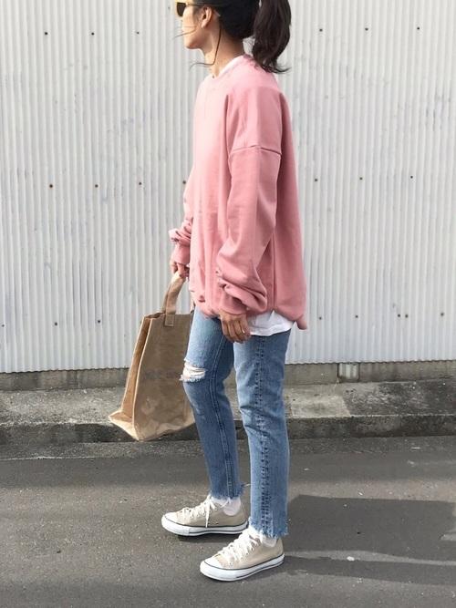 ピンクトップス×ベージュスニーカー