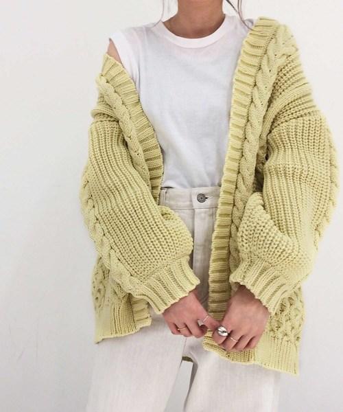 ざっくりした編み目のカーディガン