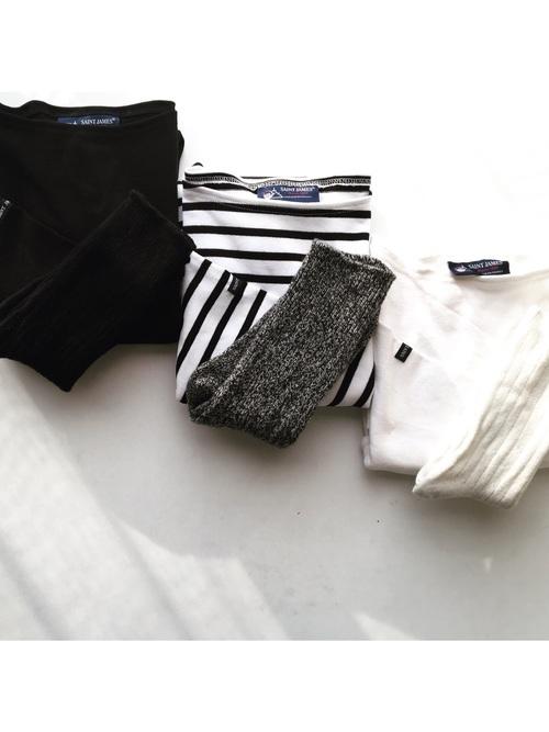 黒とグレーと白の靴下をそれぞれカットソーにスタイリング