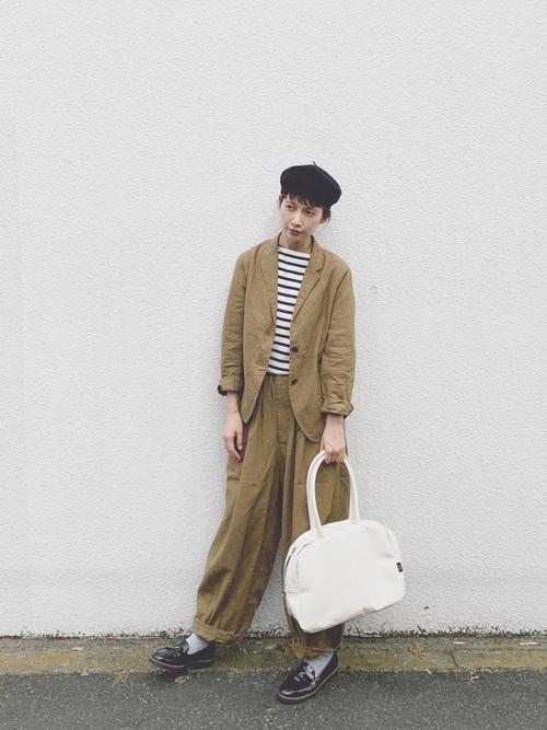 ベージュのジャケット&パンツのセットアップコーデ