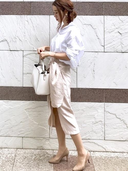 白シャツ×タイトスカート