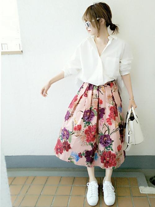 白シャツ×花柄スカート