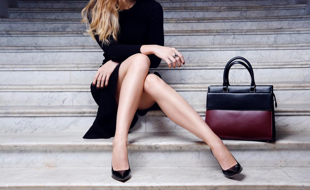 膝上のスカートを履いている女性