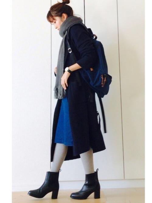 ロイヤルブルーのスカート×黒コート