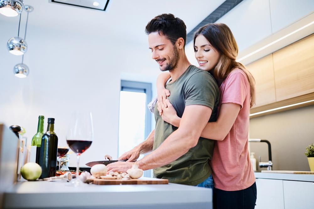 夫に料理を作ってもらっている女性