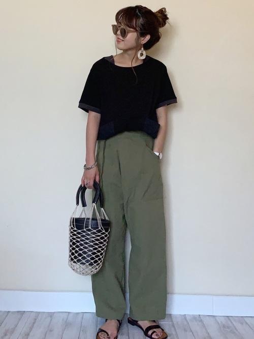黒Tシャツ×カーキのワイドパンツ