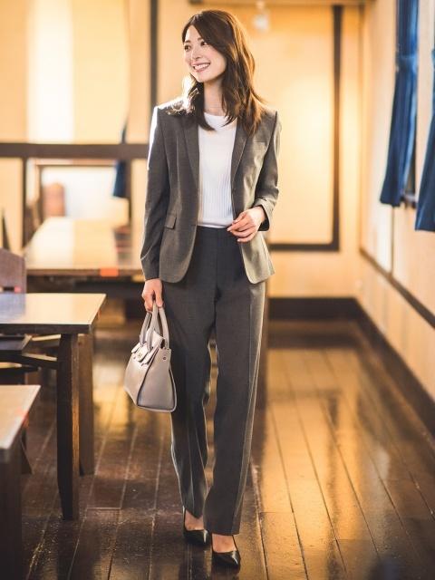 秘書の服装におすすめのグレーのストレッチパンツのコーデ