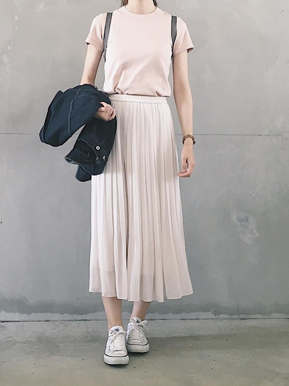 スカートと合わせたスニーカー