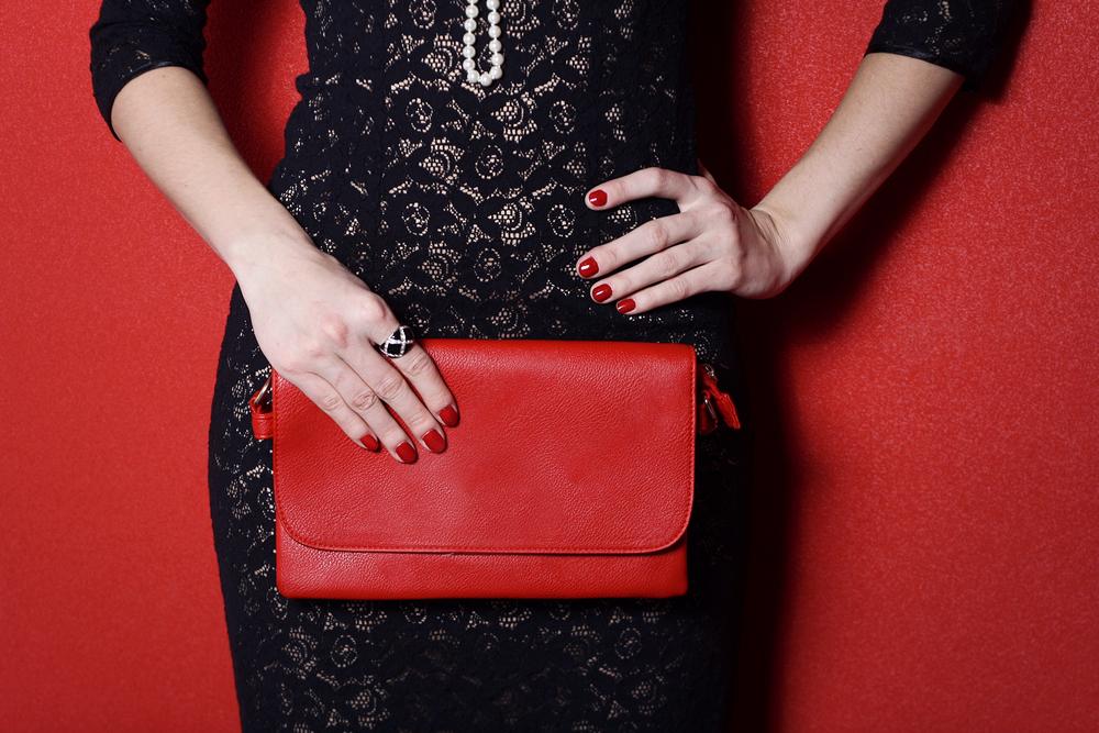 赤いバッグを持つ女性