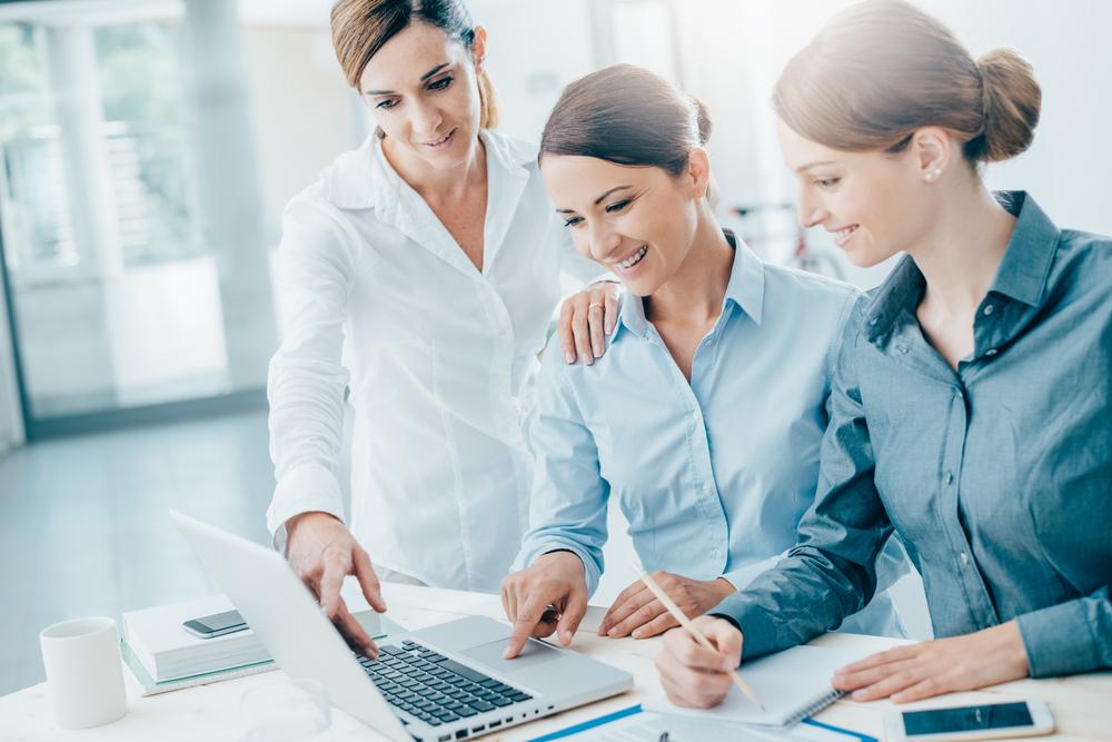 仕事をする3人の女性
