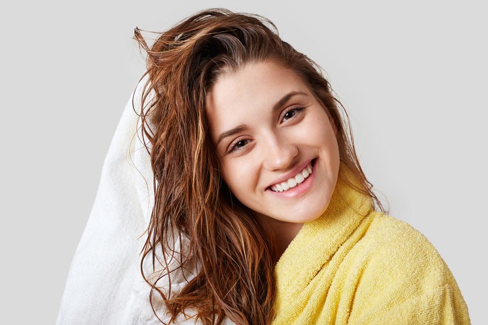タオルで髪を拭いている女性