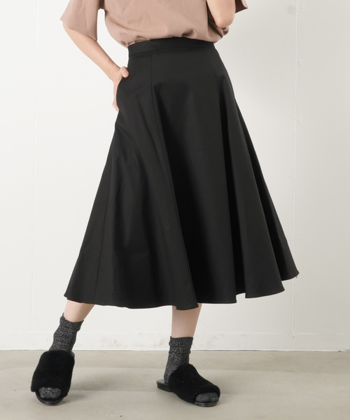 黒のフレアスカート