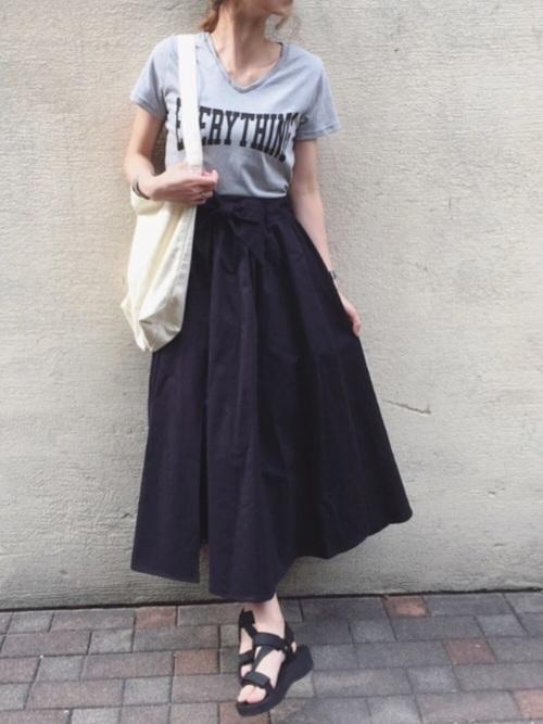 黒のフレアスカートコーデ
