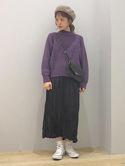 紫ニットと黒スカートのコーデ