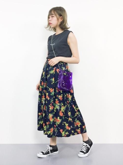 紫のクリアバッグを使ったコーデ
