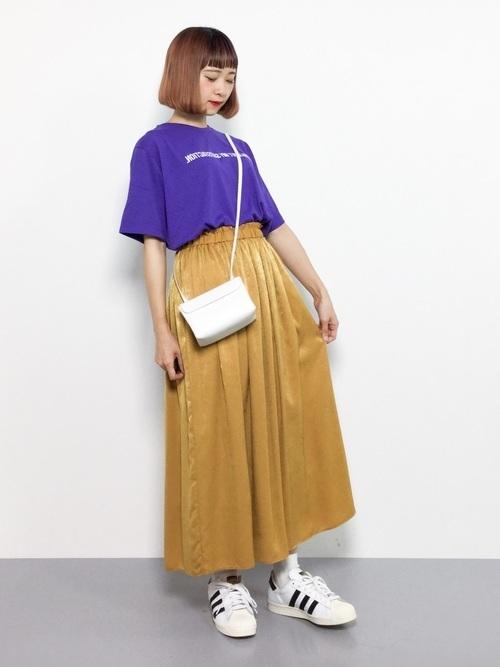 紫Tとマスタード色スカートのコーデ