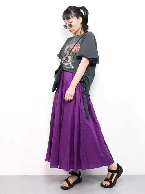 グレーTシャツと紫ワンピのコーデ