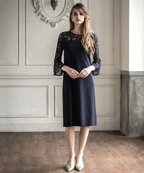 黒のドレスを着た女性