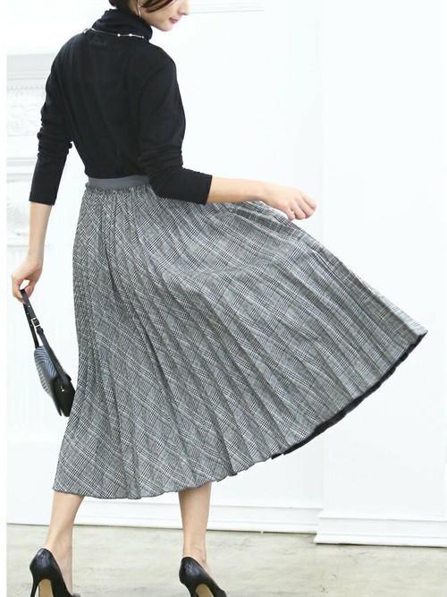 黒ニット×グレンチェックのプリーツスカート
