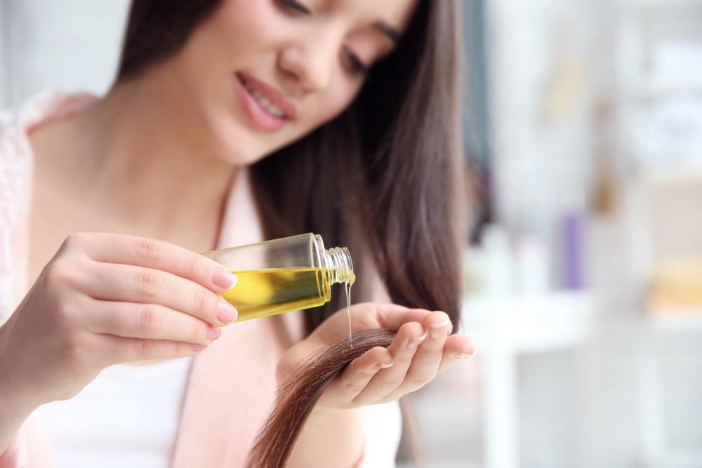 髪を保湿している女性