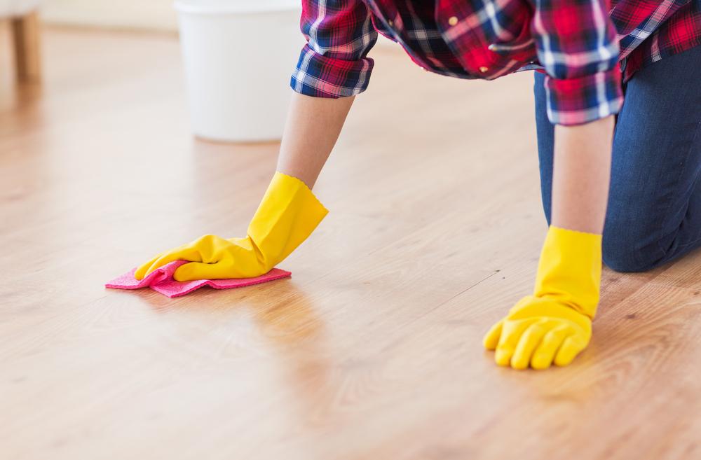 フローリング掃除をしている女性