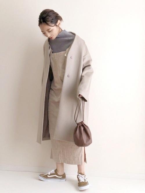 ジャンパースカートを使ったグレーノーカラーコートコーデ