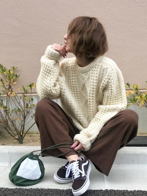 スニーカーを使った冬の乳児ママコーデ
