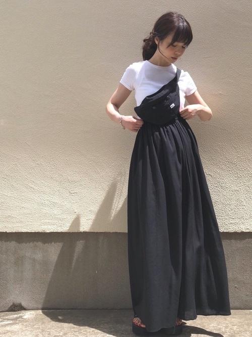 白Tシャツ×黒ギャザーロングスカート