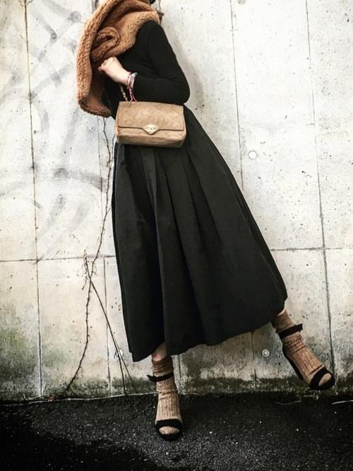 ギャザースカートのオールブラックコーデ