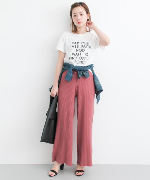 ピンクのリブニットパンツとTシャツコーデ