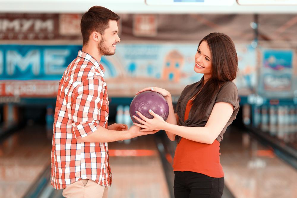 スポーツデートでボウリングをしているカップル