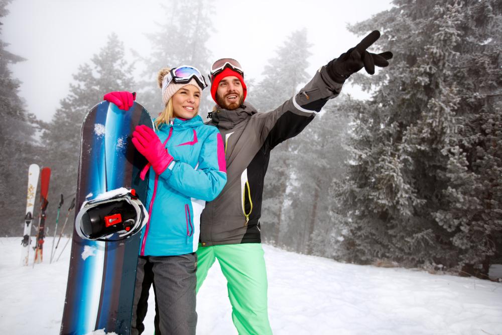スポーツデートでスノーボードをしているカップル