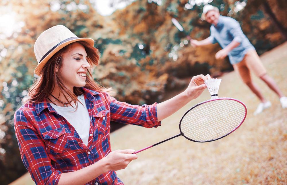 スポーツデートでバドミントンをしているカップル