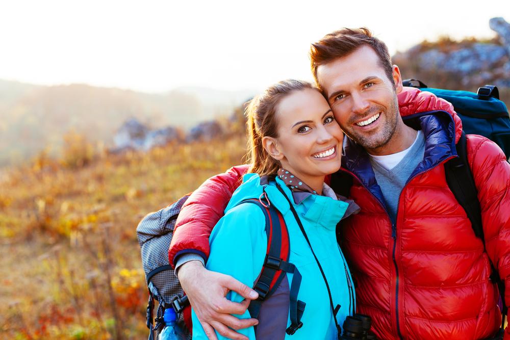 スポーツデートで登山をしているカップル
