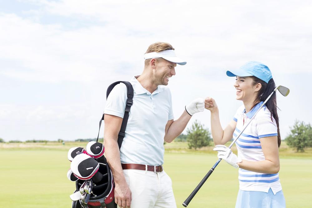 スポーツデートでゴルフをしているカップル