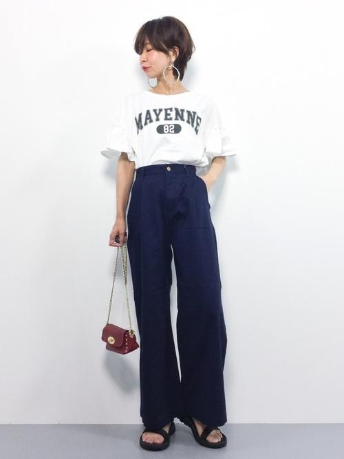 Tシャツ×ネイビーパンツ