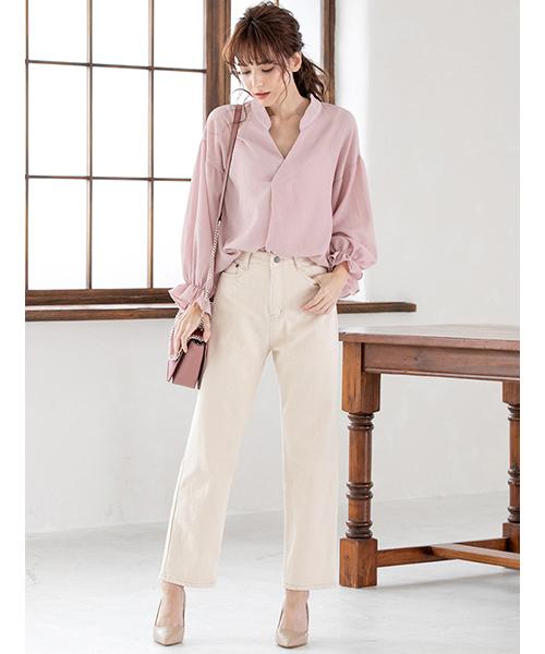 ピンクシャツ×白パンツ