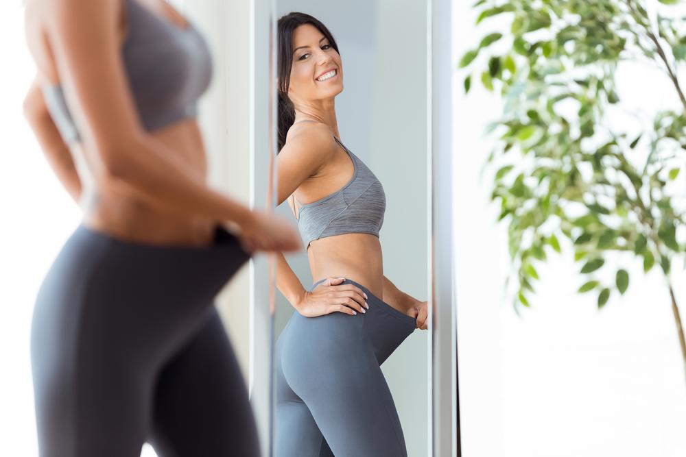 ダイエット効果を確かめる女性