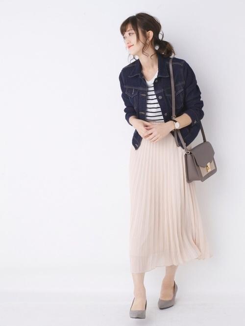 デニムジャケットとプリーツスカート
