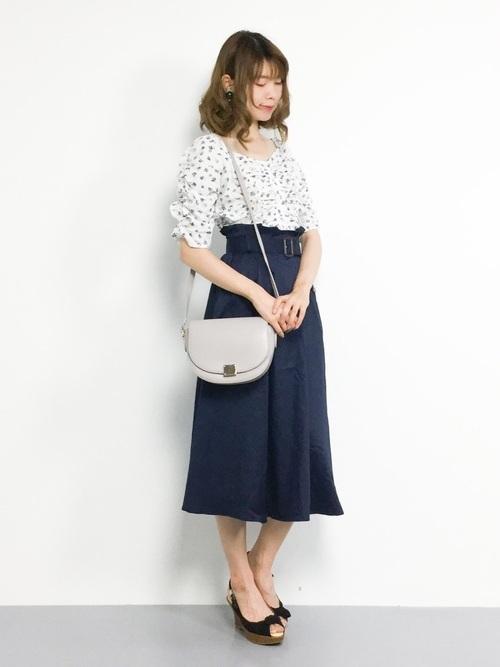 ミディ丈スカートを使った教師の服装