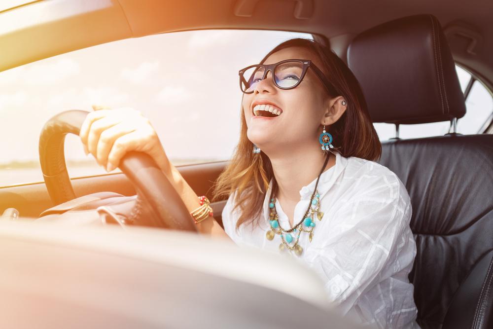 きれいに掃除したエアコンを使用して車の運転をしている女性