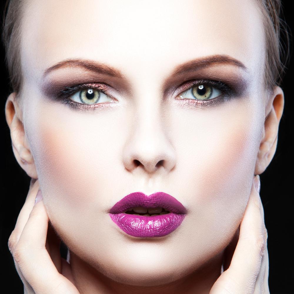 紫のリップをしている女性