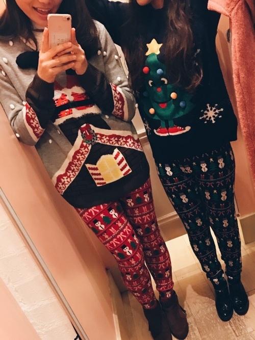 クリスマス仕様のアイテムを使ったホームパーティーの服装