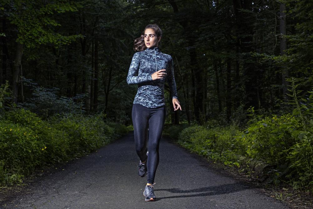 夜にジョギングをしている女性