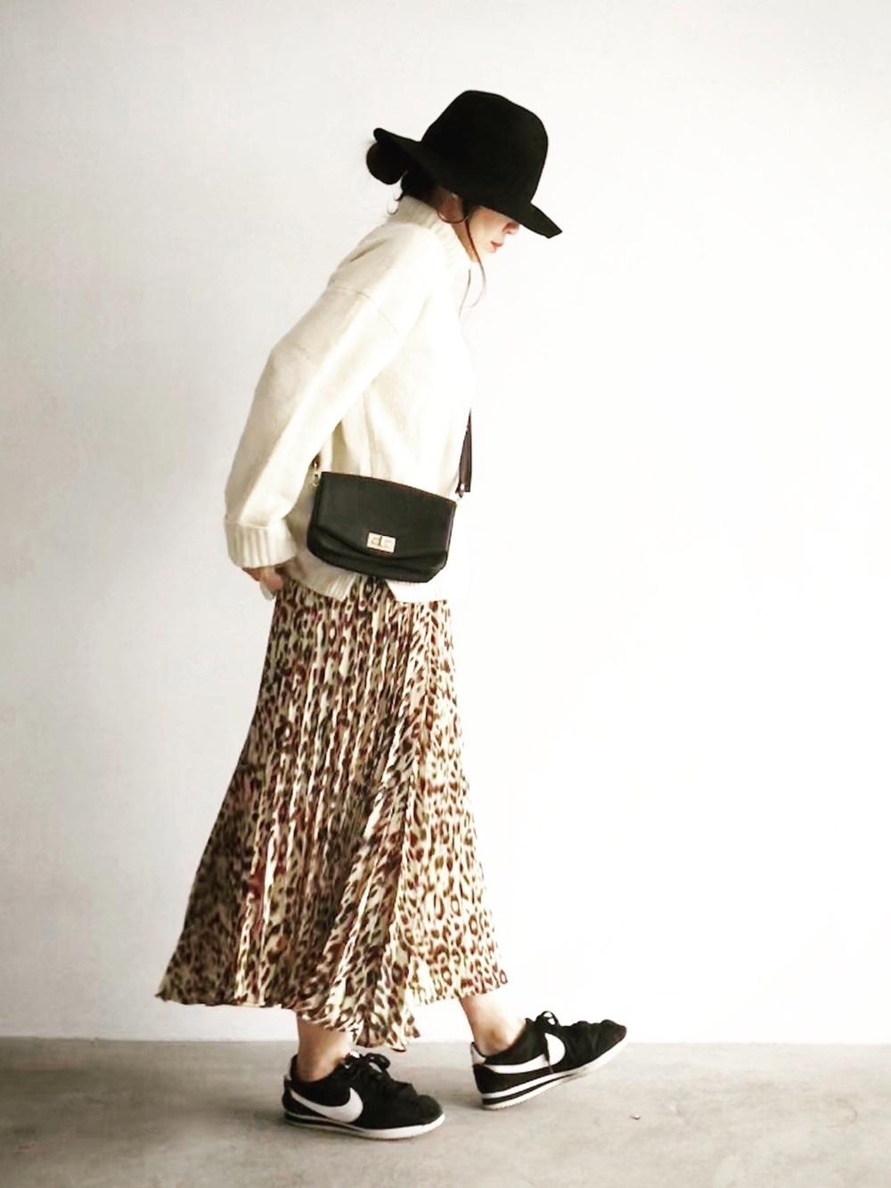 レオパードスカートと黒ナイキスニーカー