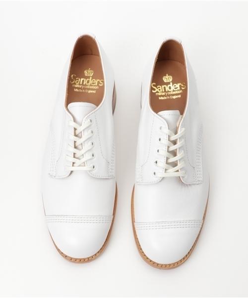 白のストレートチップの革靴