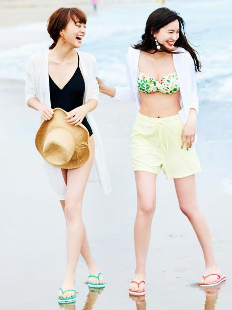 海岸を歩く女性たち