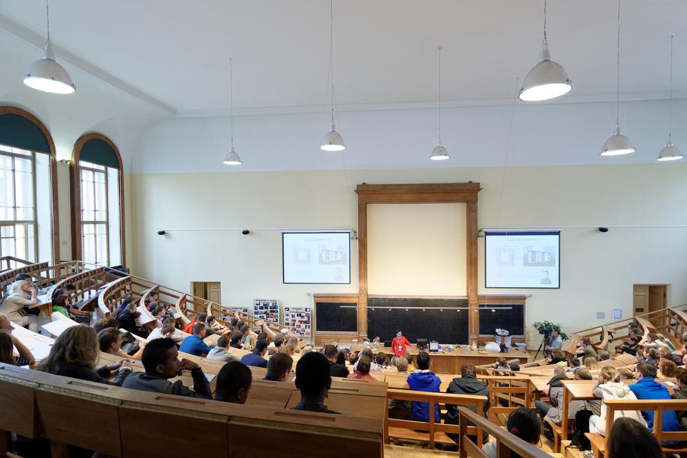 大学の講堂で講義を受ける学生