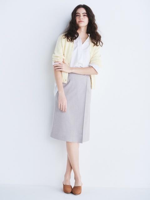 ベージュのスカートに春色カラーのカーディガンを羽織ったコーデ