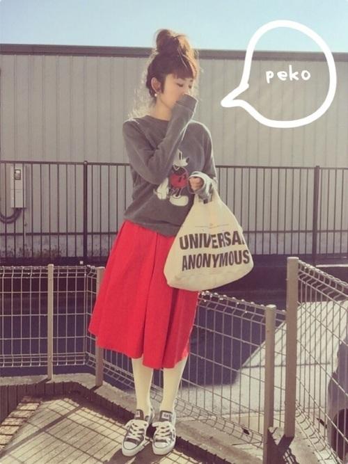 赤いスカート×白タイツ